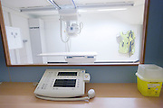 De röntgenkamer van het calamiteitenhospitaal. Bij het calamiteitenhospitaal in Utrecht worden slachtoffers van grote rampen als eerste behandeld. Afhankelijk van de ernst van de verwonding, wordt het slachtoffer ingedeeld in rood, geel of groen. Het hospitaal is uniek in Europa en is gevestigd in de voormalige atoombunker onder het UMC Utrecht.<br /> <br /> The X-ray room of the trauma and emergency hospital. At the basement of the UMC Utrecht a special hospital for emergency and major incidents is based. Patients are being labelled by number and depending on the injuries they will be transported to the zone red, yellow or green.