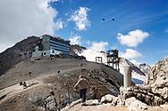 Turista osserva la cima della Marmolada. Il ghiacciaio è ricoperto in parte da teli protettivi per proteggerlo dalle alte temperature estive. Trentino, Agosto 2020.