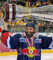 14.04.2015, Albert Schultz Eishalle, Wien, AUT, EBEL, UPC Vienna Capitals vs EC Red Bull Salzburg, Finale, 4.Spiel, EC Red Bull Salzburg ist Meister, im Bild Dominique Heinrich (EC Red Bull Salzburg) // during the Erste Bank Icehockey League 4th final match between UPC Vienna Capitals and EC Red Bull Salzburg at the Albert Schultz Ice Arena in Vienna, Austria on 2015/04/14. EXPA Pictures © 2015, PhotoCredit: EXPA/ Alexander Forst