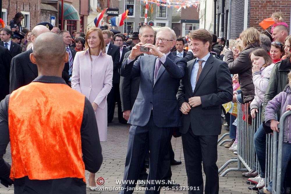 NLD/Makkum/20080430 - Koninginnedag 2008 Makkum, Mr. pieter van Vollen hoven en Pieter Christiaan nemen een foto