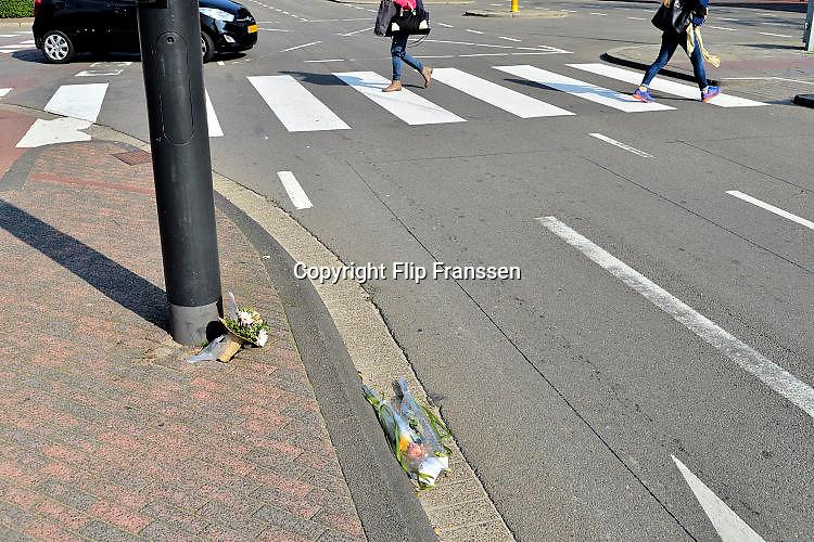 Nederland, Eindhoven, 9-9-2015Bij een zebrapad liggen bloemen als eerbetoon aan een verkeersslachtoffer.FOTO: FLIP FRANSSEN/ HH