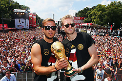 15.07.2014, Brandenburger Tor, Berlin, GER, FIFA WM, Empfang der Weltmeister in Deutschland, Finale, im Bild Mario Goetze (GER) und Andre Schuerrle (GER) mit dem WM-Pokal // during Celebration of Team Germany for Champion of the FIFA Worldcup Brazil 2014 at the Brandenburger Tor in Berlin, Germany on 2014/07/15. EXPA Pictures © 2014, PhotoCredit: EXPA/ Eibner-Pressefoto/ Pool<br /> <br /> *****ATTENTION - OUT of GER*****