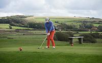 WIMEREUX   (FR.) - afslaan van een volger op   Wimereux Golf Club . Copyright Koen Suyk