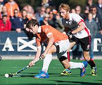 BLOEMENDAAL - HOCKEY - Florian Fuchs (l) van Bl'daal met Mark Rijkers (Oranje-Rood) tijdens de competitie hoofdklasse hockeywedstrijd Bloemendaal -ORANJE-ROOD (4-1) . .  COPYRIGHT KOEN SUYK