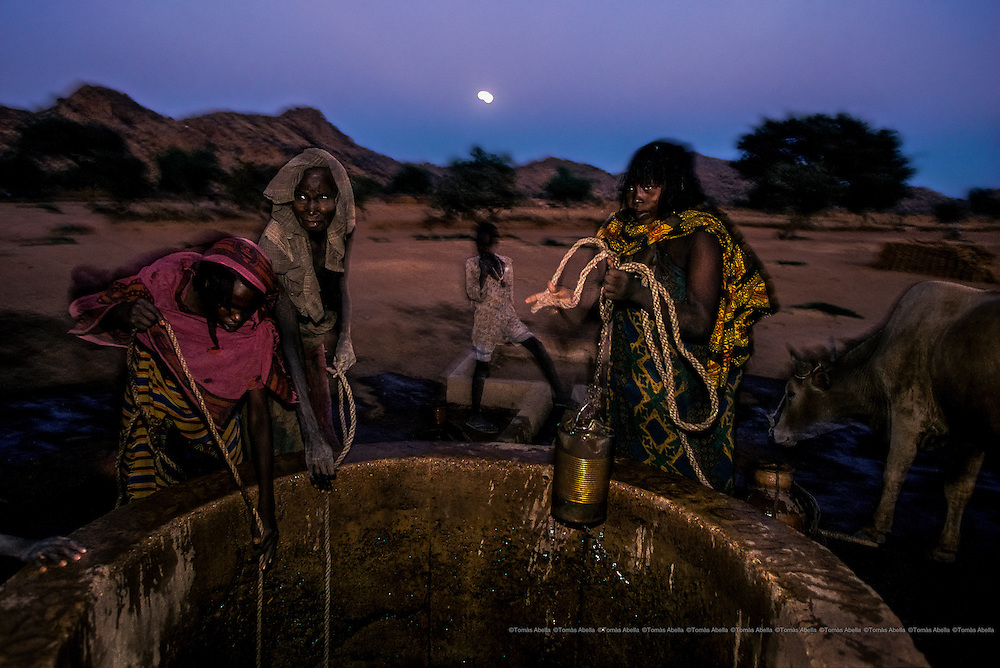 The lack of safety, fed by the many conflicts (border, economic, inter-ethnic, religious, etc.) that the driest part of Africa is subjected to, lurks over the women. On the long journey to the water, the women are victims to kidnappings, rape and murder. Guera, Chad.