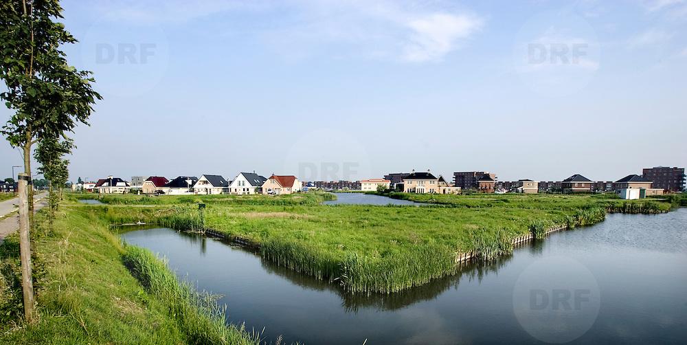 Nederland Zevenhuizen 25 mei 2007 20070525.Kale kavel aan het water in vinex nieuwbouwwwijk ..Serie tbv Schieland en de Krimpenerwaard, deze zorgt als waterschap voor droge voeten en schoon water in een bepaald gebied. Het beheersgebied van Schieland en de Krimpenerwaard strekt zich uit tussen Rotterdam, Schoonhoven en Zoetermeer. Binnen dit gebied zorgt Schieland en de Krimpenerwaard voor de kwaliteit van het oppervlaktewater, het waterpeil en de waterkeringen. Daarnaast beheert Schieland en de Krimpenerwaard een aantal wegen in de Krimpenerwaard...Foto David Rozing