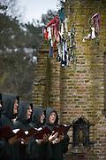 Nederland, Overasselt, 2-4-2016Schola Cantorum Karolus Magnus zingt Gregoriaanse liederen bij de ruine en de wensboom.FOTO: FLIP FRANSSEN/ HH