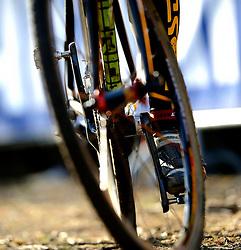 01-02-2009 VELDRIJDEN: WK MANNEN: HOOGERHEIDE<br /> Wiel schoenen veldrijden sfeer detail fiets<br /> ©2009-WWW.FOTOHOOGENDOORN.NL