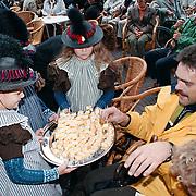 Huizerdag 1998 Huizen, meisjes in Huizer klederdracht delen Huizer kaas uit aan het publiek