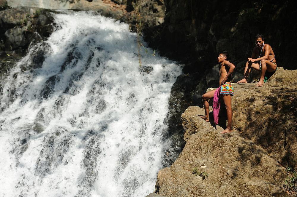 Indígenas emberá / comunidad indígena emberá, Panamá.<br /> <br /> Indígenas en catarata de agua.