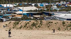 24.06.2016, Dschungelcamp, Calais, FRA, der Dschungel von Calais, im Bild Migranten vor dem Camp. Das Camp ist eine provisorische Zeltstadt nahe der französischen Stadt Calais. Mehrere tausend Menschen kampieren dort in Zeltunterkünften und warten auf eine Möglichkeit zur illegalen Weiterreise durch den Eurotunnel nach Großbritannien. Migrants in front of the Camp. The Calais Jungle is the nickname given to a migrant encampment, where migrants live while they attempt illegally to enter the United Kingdom at the Jungle Camp of Calais, France on 2016, 06, 24. EXPA Pictures © 2016, PhotoCredit: EXPA, JFK