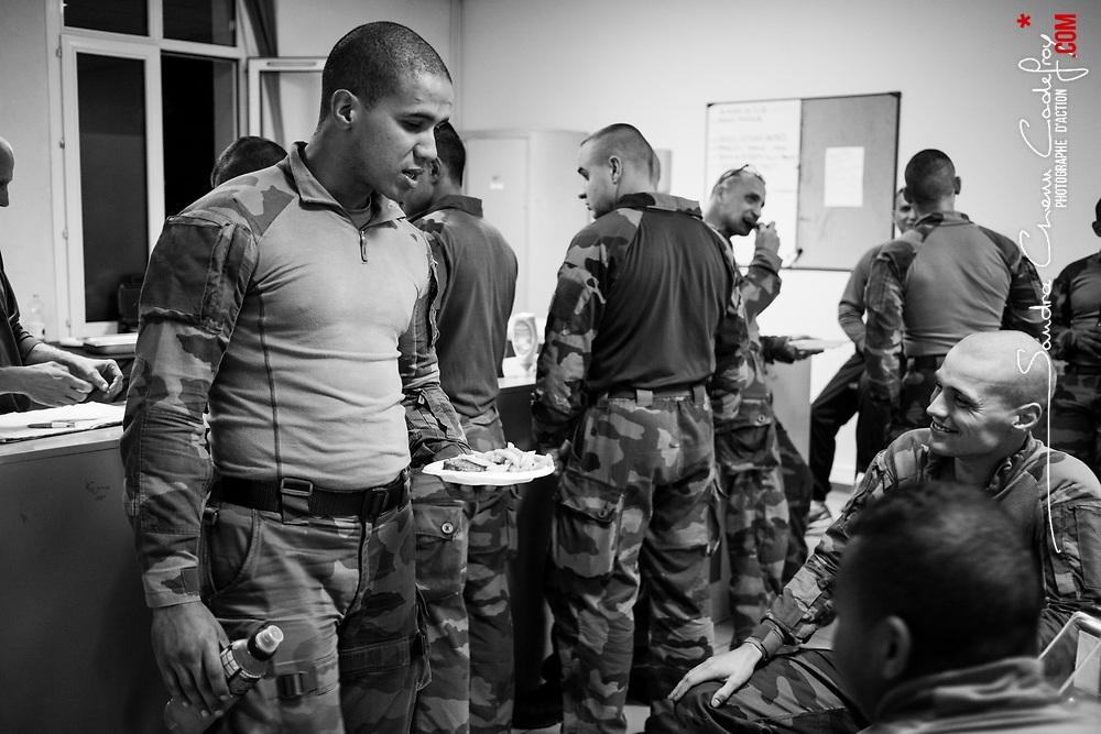 """mardi 4 octobre 2016, 23h19, Versailles. De retour à leur camp les légionnaires du 2ème Régiment Etranger d'Infanterie, font une halte au """"club"""". Certains prennent une boisson, d'autres un vrai complément de repas, dans une ambiance détendue."""