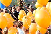 Prins Willem-Alexander en Prinses Maxima zijn op de basisscholen De Triangel en Het Palet om met een fluitsignaal de Koningsspelen te openen. Ruim 1,3 miljoen kinderen van 65.000 scholen doen mee aan deze sportdag, een cadeau van alle schoolkinderen in Nederland aan het aanstaande koningspaar. <br /> <br /> Prince Willem-Alexander and Princess Maxima are on the primary school the Triangle and Palette With a whistle they will open the games. More than 1.3 million children from 65,000 schools participate in these sports day, a gift of all schoolchildren in the Netherlands to the future King and Queen.<br /> <br /> Op de foto / On the photo: