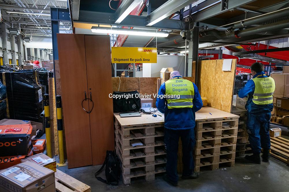 Regensdorf. Centre de tri de DHL. Reportage sur le processus de dédouanement fait par les employés des douanes, gardes frontières suisses. © Olivier Vogelsang