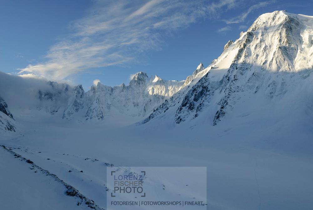 Skitouren im Argentière-Kessel bei Chamonix mit Blick auf den Gletscher, den Mont Dolent in Wolken, die Triolet und die Courtes.