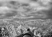Maroni, Guyane, 2015.<br /> <br /> Transport fluvial.<br /> Lieu de vie et de passage, le Maroni reste la principale voie d'accès pour les communes isolées de l'Ouest guyanais. Une liaison aérienne régulière a été ouverte pour desservir les communes de Grand-Santi et Maripasoula en moins de deux heures de vol, elle ne concerne que le transport des personnes en situation régulière. Le fret et les personnes sans papier passent par le fleuve. Il faut compter 2 jours au départ de Saint-Laurent pour rejoindre Grand-Santi, trois pour Maripasoula. Les transporteurs réguliers guyanais ne prennent théoriquement plus les passagers, chaque matin les piroguiers surinamais d'Albina organisent des départs pour remonter le fleuve et alimenter les chantiers aurifères clandestins ou les communes isolées.