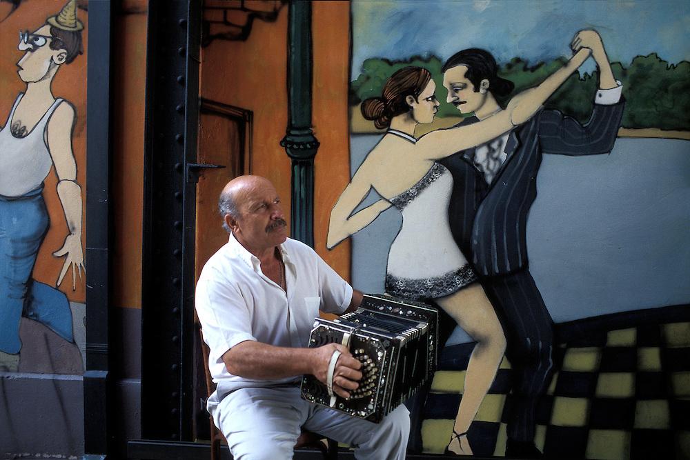 Argentina. Buenos Aires..Bandoneonista en el barrio de La Boca..------------------------------------------------------------------.Musician playing the tango accordion at La Boca district...© JOAN COSTA