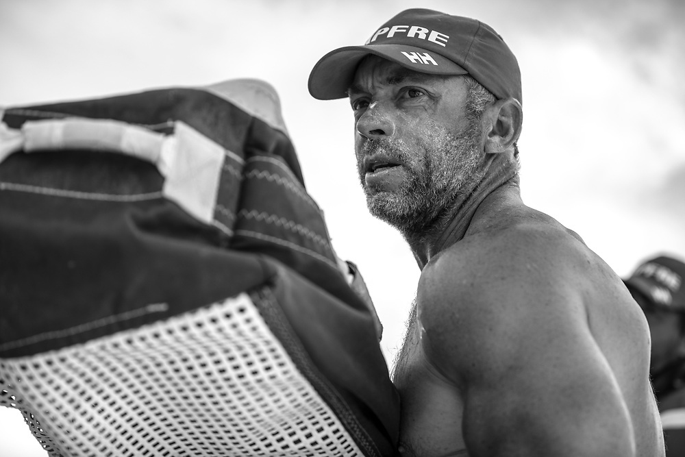 Leg 02, Lisbon to Cape Town, day 11, on board MAPFRE, Rob Greenhalgh moviendo una vela. Photo by Ugo Fonolla/Volvo Ocean Race. 15 November, 2017