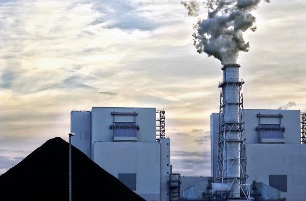 Nederland, Groningen, Eemshaven, 14-10-2018In de Eemshaven wordt door verschillende electriciteitsbedrijven stroom geproduceerd. De grote blauwe centrale van RWE, voorheen Essent, springt het meest in het oog. Ook GDFsuez, Eemscentrale, en Nuon, Vattenfall hebben hun eenheden. Naast de traditionele centrales staat er ook een windmolenpark met ruim 90 molens. FOTO: FLIP FRANSSEN