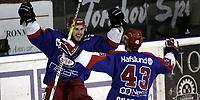 Ishockey<br /> GET-Ligaen<br /> Semi-finale sluttspill 4. kamp<br /> 16.03.07<br /> Jordal Amfi<br /> Vålerenga VIF - Sparta Sarpsborg Bears<br /> Regan Kelly gratuleres for sitt utlikningsmål av Christian Chartier<br /> Foto - Kasper Wikestad