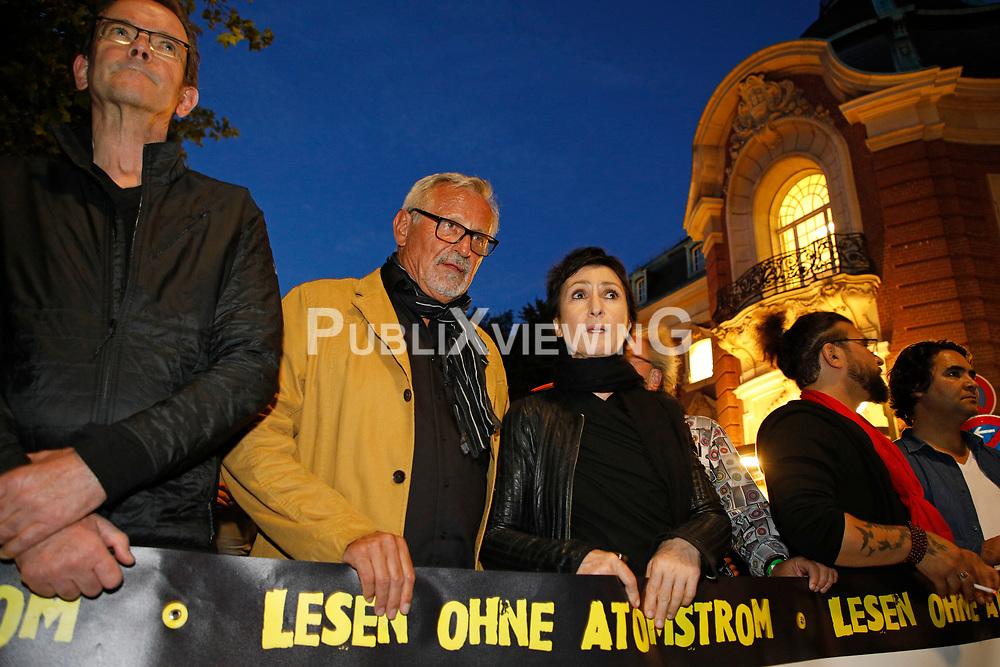 Im Vorfeld des G20-Gipfels in Hamburg protestieren namhafte Künstler auf dem Weg von der Laeiszhalle zum Tagungsort der Staats- und Regierungschefs, den Messehallen. Zuvar hatten sie in der Laeiszhalle Texte des französischen Widerstandskämpfers Stéphane Hessel gelesen.<br /> <br /> Ort: Hamburg<br /> Copyright: Andreas Conradt<br /> Quelle: PubliXviewinG