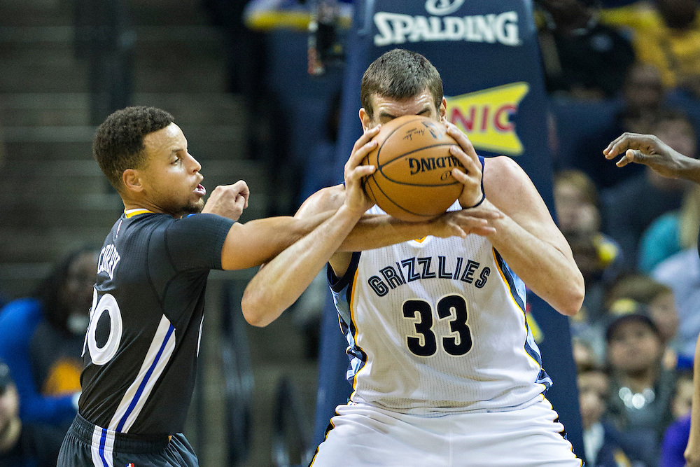 MEMPHIS, TN - DECEMBER 10:  Stephen Curry #30 of the Golden State Warriors goes for the ball playing defense against Marc Gasol #33 of the Memphis Grizzlies at the FedExForum on December 10, 2016 in Memphis, Tennessee.  The Grizzlies defeated the Warriors 110-89.  NOTE TO USER: User expressly acknowledges and agrees that, by downloading and or using this photograph, User is consenting to the terms and conditions of the Getty Images License Agreement.  (Photo by Wesley Hitt/Getty Images) *** Local Caption *** Stephen Curry; Marc Gasol