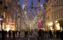 01.12.2011, Graz, AUT, Feature, im Bild Menschen beim Einkaufen in der mit Weihnachtsbeleuchtung dekorierten Herrengasse in Graz beim Shoppen, EXPA Pictures © 2011, PhotoCredit: EXPA/ Erwin Scheriau