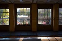 DEU, Deutschland, Germany, Berlin, 08.04.2020: Am U-Bahnhof Schöneberg genießen die Menschen die Frühlingssonne. Auswirkungen der Pandemie, Coronavirus (Covid-19), Corona auf das öffentliche Leben in Berlin.