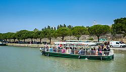 A boat full of tourists on the Canal du Midi in Carcassonne, France<br /> <br /> (c) Andrew Wilson   Edinburgh Elite media