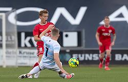 Kristian Kirkegaard (FC Fredericia) tackles af Anders Holst (FC Helsingør) under kampen i 1. Division mellem FC Fredericia og FC Helsingør den 4. oktober 2020 på Monjasa Park i Fredericia (Foto: Claus Birch).