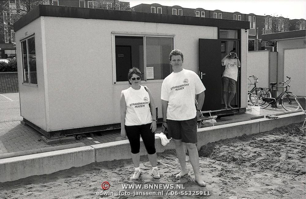 NLD/Huizen/19910702 - Strandwachten op de uitkijk Huizen voor hun huisje Zomerkade Huizen