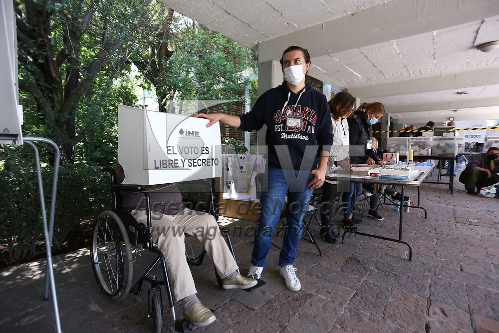 Toluca, México.- Aspectos de la votación en la casilla electoral ubicada en la Preparatoria número 5 de la Av. Heriberto Enriquez. Agencia MVT / Ramsés Mercado.
