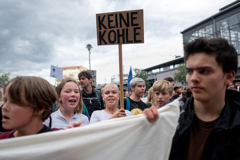 """Fridays For Future: An die 800 SchülerInnen und Studierende beteiligen sich in Berlin am Schulstreik für mehr Klimaschutz. Die Demonstranten fordern, die Ziele des Pariser Klimaabkommens einzuhalten und die Erderwärmung auf 1,5 Grad zu begrenzen. Der Demonstrationszug führt zum Sitz """"Initiative Neue Soziale Marktwirtschaft"""" ( INSM ), die Demonstranten werfen der Lobbyorganisation vor, eine Kampagne gegen die Forderungen von Fridays for Future zu organisieren.<br /> <br /> [© Christian Mang - Veroeffentlichung nur gg. Honorar (zzgl. MwSt.), Urhebervermerk und Beleg. Nur für redaktionelle Nutzung - Publication only with licence fee payment, copyright notice and voucher copy. For editorial use only - No model release. No property release. Kontakt: mail@christianmang.com.]"""