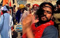 Pakistan - La fête des soufis - Province du Sind - Sehwan e Sharif - Tombe du saint soufi Lal Shabaz Qalandar - Fête de l'anniversaire de sa mort (Urs) - Ce Malang (soufi) est en transe dans la cour de la tombe de Bodla Bahar, disciple du saint Qalandar // Pakistan, Sind province, Sehwan e Sharif, Sufi saint Lal Shabaz Qalandar shrine, annual Urs festival