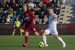 Jeppe Kjær (FC Helsingør) følges af Jacob Dehn (Skive IK) under kampen i 1. Division mellem FC Helsingør og Skive IK den 18. oktober 2020 på Helsingør Stadion (Foto: Claus Birch).