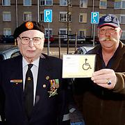Oudstrijders W. J. Anspach en Jady Snel op de invalide parkeerplaats met kaart na een bekeuring