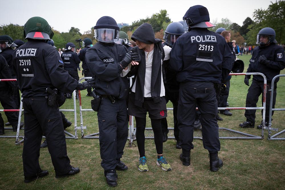 """Marsch für das Leben: Mehrere tausend fundamentalistische christliche Abtreibungsgegner protestieren mit einem """"Marsch für das Leben"""" gegen Abtreibungen durch Berlin Mitte. Die Teilnehmer tragen  weiße Kreuze, die symbolisch für die jährlich in Deutschland abgetriebenen Kinder stehen sollen. An die 1000 Gegendemonstranten begleiten den Demozug.Polizisten nehmen einen Gegendemonstranten fest. <br /> <br /> [© Christian Mang - Veroeffentlichung nur gg. Honorar (zzgl. MwSt.), Urhebervermerk und Beleg. Nur für redaktionelle Nutzung - Publication only with licence fee payment, copyright notice and voucher copy. For editorial use only - No model release. No property release. Kontakt: mail@christianmang.com.]"""