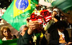 August 1, 2017 - Pessoas ligadas aos movimentos pró Lava-Jato comemoram aniversário .do Juiz Federal Sérgio Moro, que faz 45 anos, nesta segunda-feira (01), a comemoração foi em frente ao Fórum Ministro Pedro Lessa na Avenida Paulista,. região central de São Paulo. (Credit Image: © Aloisio Mauricio/Fotoarena via ZUMA Press)