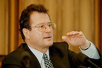 """02 FEB 1998, BONN/GERMANY:<br /> Klaus Kinkel, Budesaußenminister, vor der Bundes-Pressekonferenz zum Thema """"Bosnienaufbauhilfe"""""""