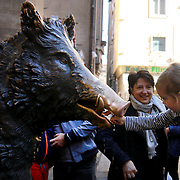 FLORENCE, ITALY - NOVEMBER 01: Visitors to Il Porcellino, the bronze fountain of a boar. The fountain figure was sculpted and cast by Baroque master Pietro Tacca in 1634 and sits at the side of the New Market (Mercato Nuovo) Florence, Italy, 1st November 2017. Photo by Tim Clayton/Corbis via Getty Images)