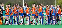 BLOEMENDAAL - shake hands   voor de  hockey hoofdklasse competitiewedstrijd dames, Bloemendaal-Laren (1-3) . l COPYRIGHT KOEN SUYK