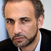 """Nederland Rotterdam 8 juni 2007.Tariq Saïd Ramadan, gasthoogleraar inburgering aan de Erasmus Universiteit Rotterdam...Tariq Saïd Ramadan (Genève, 26 augustus 1962) is een Zwitserse filosoof, maatschappelijk leider en één van de bekendste Europese moslims. Hij is van Egyptische komaf..Levensloop.Ramadan studeerde filosofie en Franse literatuur. Hij promoveerde in de filosofie. Hij studeerde ook Arabisch en islam aan de leidende islamitische Al Azharuniversiteit in Caïro. Hij was tot 2004 leraar aan het college van Saussure (Genève) en professor islamologie aan de universiteit van Fribourg..Zijn grootvader van moederszijde is Hassan al-Banna, de stichter van de Moslimbroederschap in Egypte. Zijn vader, Saïd Ramadan, één van diens volgelingen, verliet Egypte na het verbod op die organisatie en vestigde zich in Zwitserland. Tariq Ramadan en zijn broers beheren er de lokale islamitische Stichting..In februari 2004 accepteerde hij een aanbod van de Universiteit van Notre Dame in Indiana (VS) voor een aanstelling als hoogleraar godsdienst. Zijn visum werd echter in juli 2004 ingetrokken en hij zag zich daardoor gedwongen van de aanstelling af te zien..Het Amerikaanse Department of Homeland Security weigerde een duidelijke reden voor het intrekken van het visum te geven, maar verwees in algemene termen naar de ruime bevoegdheid die de Patriot Act de overheid geeft om vreemdelingen die """"het terrorisme steunen"""" de toegang te weigeren. Men heeft dit in verband met Ramadan echter nooit kunnen bewijzen..In oktober 2005 aanvaardde Ramadan een gastdocentschap aan het St Antony's College van de Universiteit van Oxford[1]. Hij is tevens benoemd tot adviseur van de Britse regering voor moslimaangelegenheden..In december 2006 aanvaardde Ramadan een gasthoogleraarschap aan de Erasmus Universiteit Rotterdam..Op dinsdag 6 november 2007 werd Ramadan kandidaat voor de leerstoel Islam aan de universiteit Leiden[2]....Opvattingen.Tariq Ramadan onderstreept de noodzaak van een onafhankelijke"""