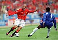 David Beckham (Manchester United) Celestine Babayaro (Chelsea) Chelsea v Manchester United, FA Charity Shield, Wembley, 13/08/2000. Credit: Colorsport / Stuart MacFarlane