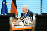 03 JUN 2020, BERLIN/GERMANY:<br /> Horst Seehofer, CSU, Bundesinnenminister, liest in seinem Smartphone, vor Beginn einer Kabinettsitzung, zu Umsatzung der Abstandsregeln im Internationalen Konferenzsaal, Bundeskanzleramt<br /> IMAGE: 20200603-01-006<br /> KEYWORDS: Corvid-19, Corona, Kabinett, Sitzung, lesen