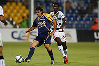 FOOTBALL - FRENCH CHAMPIONSHIP 2010/2011 - L1 - ARLES AVIGNON v STADE RENNAIS - 28/08/2010 - PHOTO PHILIPPE LAURENSON / DPPI - ALVARO PEREZ MEJIA (ACA) / BANGOURA ISMAEL (REN)
