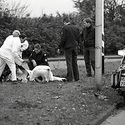 NLD/Bussum/1991115 - Onbgeval Brinklaan Bussum, motorrijder politie onderuit
