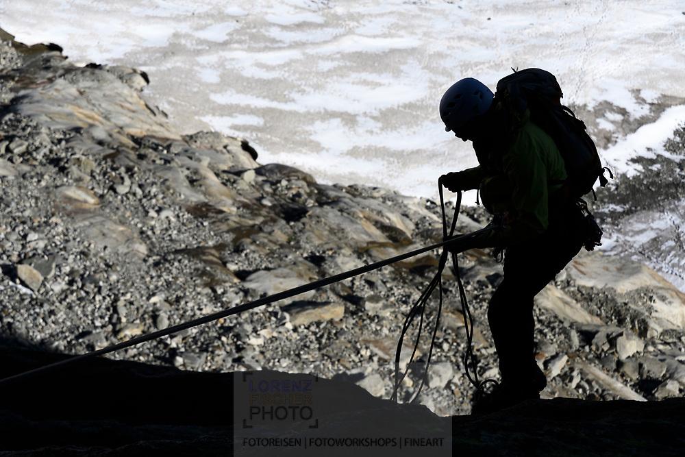 Ein Alpinist beim Abseilen vom Galengrat, Furka, Uri, Schweiz<br /> <br /> One alpinist is abseiling from the Galengrat, Furka, Uri, Switzerland