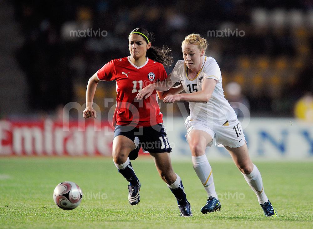 Fussball Frauen FIFA U 20  Weltmeisterschaft 2008    22.11.2008 Chile - Neuseeland     Chile - New Zealand Daniela ZAMORA (li, CHI) im Zweikampf mit Elizabeth MILNE (re, NZL).