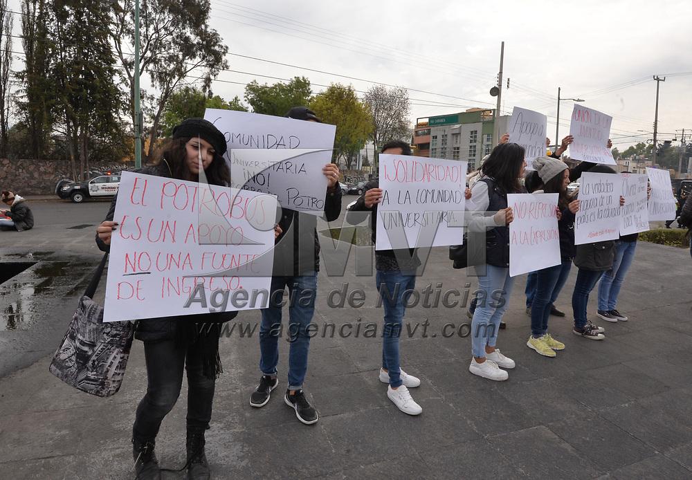 TOLUCA, México.- (Enero 31, 2018).- Estudiantes de la UAEM se manifestaron frente al edificio de Rectoría en contra del pretendido cobro al servicio del Potrobús que pretende aplicarse a partir del 1 de febrero. Agencia MVT / Crisanta Espinosa.