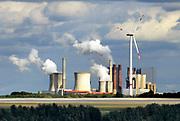 Duitsland, Germany, Deutschland, Jackerath, 10-09-2018De bruinkoolcentrales van Frimmersdorf en Grevenbroich worden gestookt met bruinkool die in de open bruinkoolmijn Garzweiler wordt gewonnen. De mijn en centrales zijn eigendom van energiemaatschappij RWE. De graafmachine is gebouwd door staalbedrijf Krupp en elektronicabedrijf Siemens. Door de bruinkoolwinning verdwijnen verschillende dorpen ten oosten van Erkelenz, zoals Immerath. Noordrijn-Westfalen heeft het besluit genomen om de bruinkoolmijn Garzweiler II in te perken. Het besluit van de deelstaatregering wordt uitgelegd als een belangrijke koerswijziging in de richting van een definitieve afbouw van de bruinkoolmijn, die de grootste is van Duitsland. De bruinkoolmijn en de bijbehorende energiecentrales blijven zeker tot 2030 in bedrijf. Energiebedrijf RWE, de eigenaar van de mijn, heeft een concessie tot 2045. De bruinkoolgebieden liggen niet ver van de grens met Nederland en de centrales beinvloeden de luchtkwalitiet.Foto: Flip Franssen
